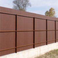 Забор из профнастила с тремя лагами