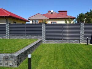 забор жалюзи с кирпичными столбами фото